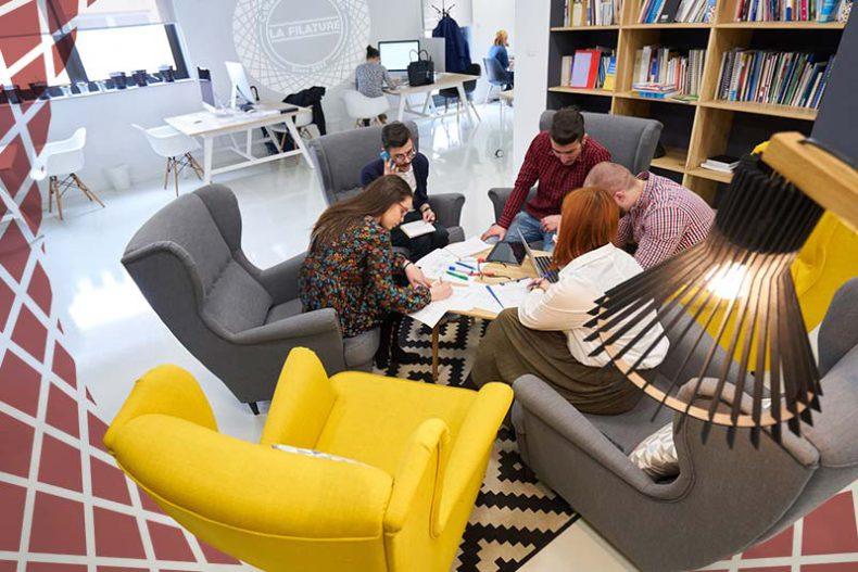 L'Espace Lounge sera le complément idéal pour échanger de manière informelle autour d'un café ou d'une tasse de thé ! Son mobilier cosy et l'ambiance chaleureuse en font une véritable bulle de confort : un lieu rêvé pour le réseautage et la coopération professionnelle.